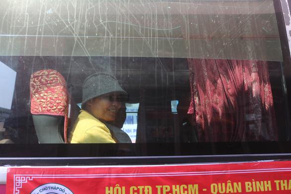 """TP.HCM 300 bệnh nhân ung thư được """"Chuyến xe yêu thương"""" chở về quê đón Tết-6"""