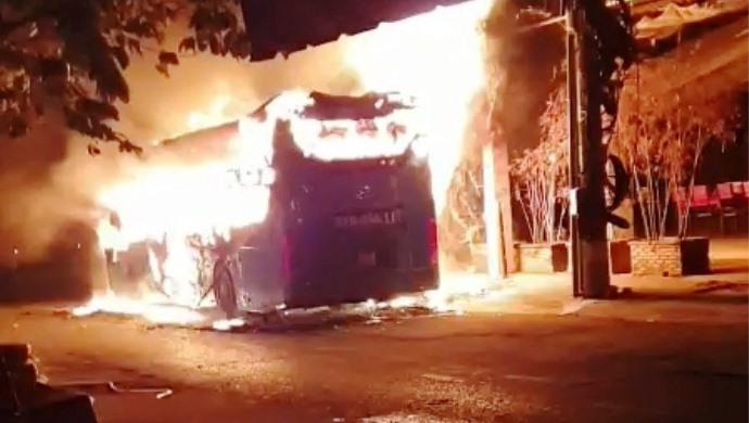 TP. HCM Chiếc xe khách đột nhiên bốc cháy dữ dội khi đang dừng để đón khách-ảnh 3
