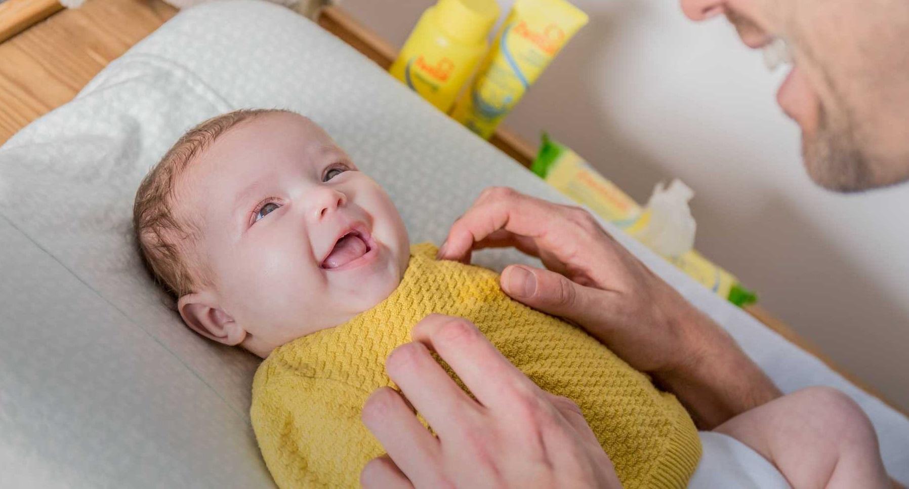 Những đứa trẻ sẽ thể hiện tình cảm của chúng bằng cách làm cho bạn cười?