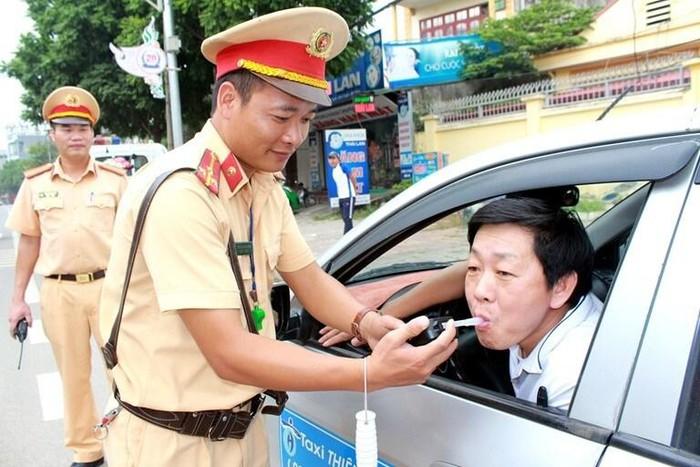 Từ năm 2020 Vừa lái xe vừa sử dụng điện thoại sẽ bị phạt đến 2 triệu đồng-ảnh 1