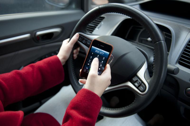 Từ năm 2020 Vừa lái xe vừa sử dụng điện thoại sẽ bị phạt đến 2 triệu đồng-ảnh 2