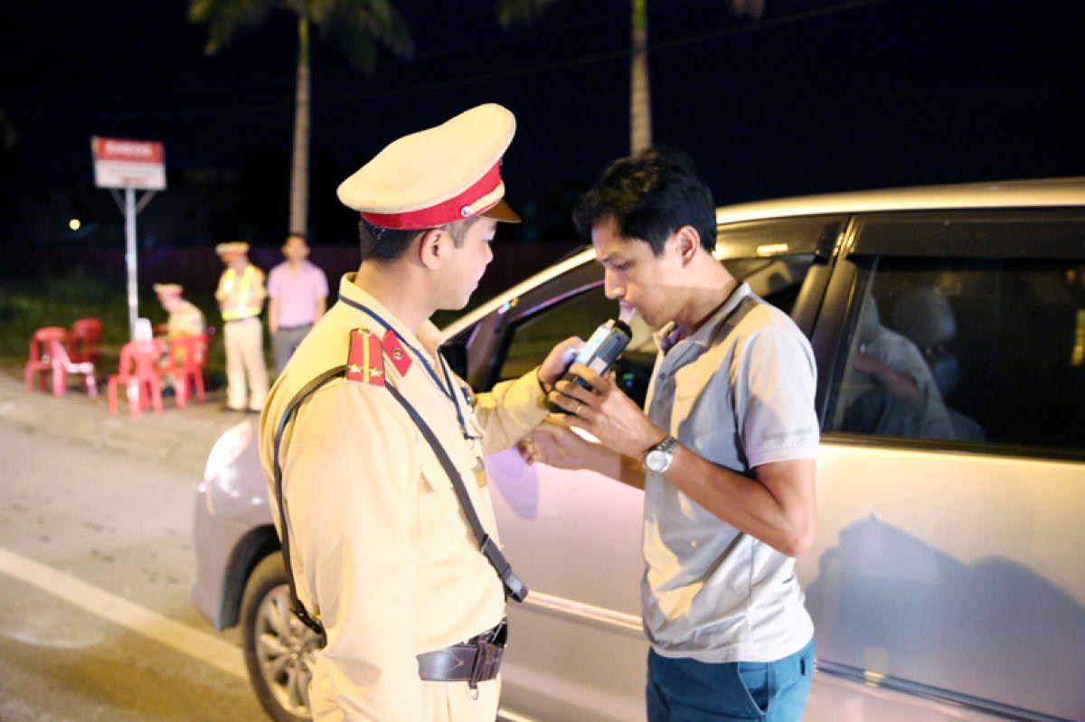 Lực lượng CSGT Hà Nội liên tiếp lập biên bản xử phạt người lái ô tô vi phạm quy định về nồng độ cồn.