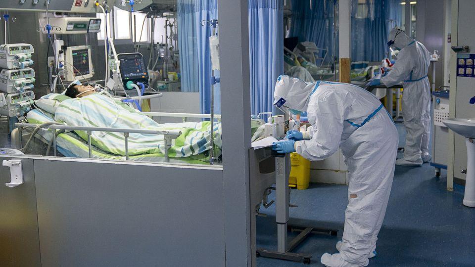 Nhân viên y tế đến thăm bệnh nhân tại Bệnh viện Trung Nam của Đại học Vũ Hán, Trung Quốc. (Ảnh qua Market Watch)