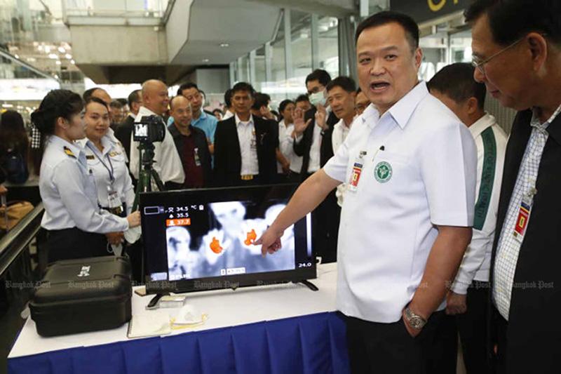 Bộ trưởng Y tế Thái Lan Charnvirakul (áo trắng) chỉ máy đo thân nhiệt đối với du khách đến từ Vũ Hán được lắp ở sân bay Suvarnabhumi ở Bangkok.
