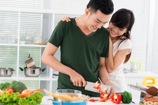 Theo Luật Hôn nhân và Gia đình, chồng có nghĩa vụ phải giúp đỡ vợ các công việc nhà. (Ảnh qua phunutoday)