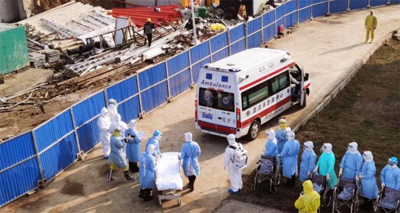 Sáng 4/2, chiếc xe chuyển các bệnh nhân đầu tiên đã đến Bệnh viện Hỏa Thần Sơn.