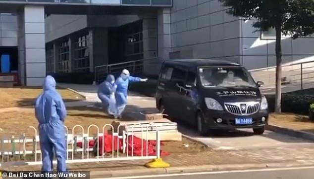 Hình ảnh từ đoạn clip ghi lại cảnh bà Thái Lợi Bình đang chạy đuổi theo chiếc xe mang thi thể chồng mình đến nơi hỏa táng.