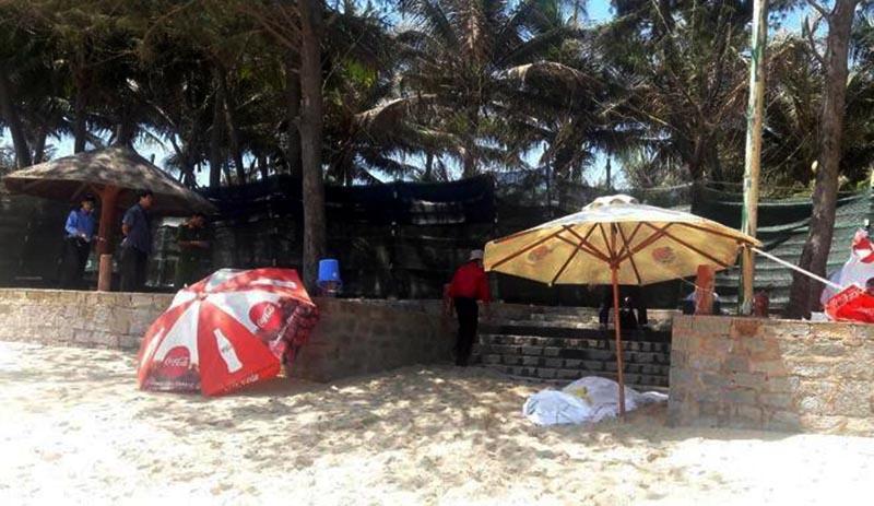 Hiện trường bờ biển xã Tiến Thành, nơi du khách 69 tuổi tử vong. (Ảnh qua Zing)