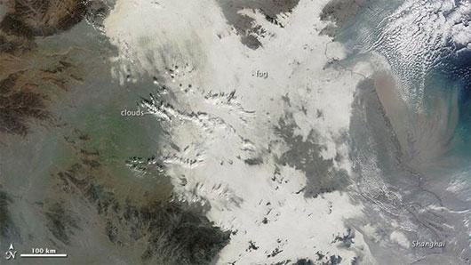 Nhìn từ không gian, Trung Quốc ngập trong khói bụi, ảnh chụp từ vệ tinh Terra của Cơ quan Hàng không vũ trụ Mỹ (NASA).