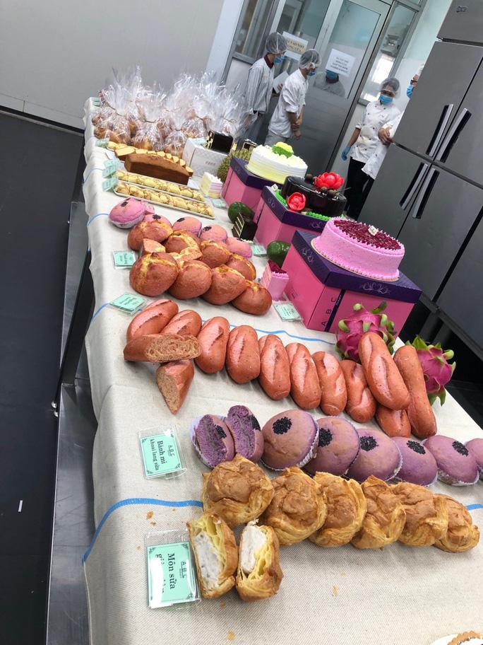 4 loại bánh được làm từ thanh long ra đời là bánh mì thanh long khoai môn, bánh thanh long phô mai, bánh kem thanh long và bánh mì baguette thanh long.