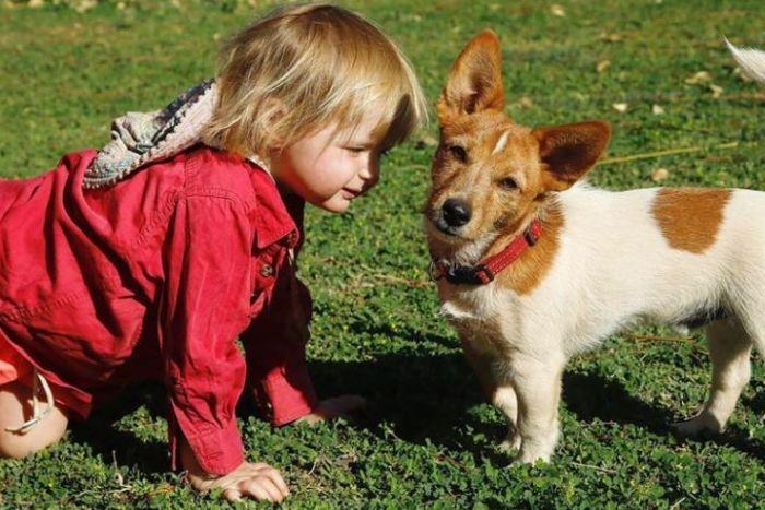 Cô bé và chó cưng của mình đã rất thân thiết với nhau.