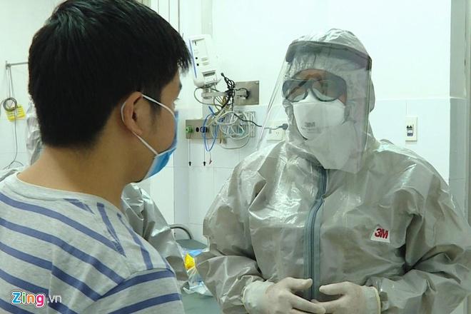 Thứ trưởng Bộ Y tế trực tiếp thăm hỏi tình hình bệnh nhân nhiễm virus corona (trái) tại TP.HCM. (Ảnh qua zing)
