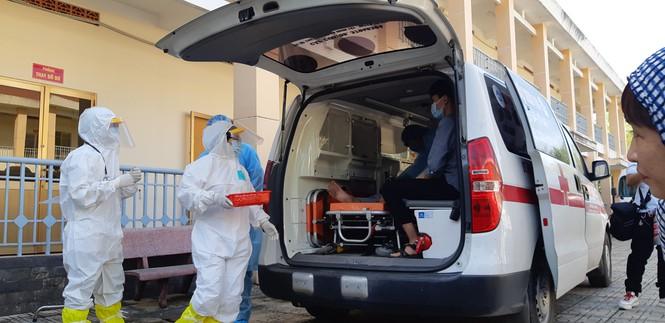 Các y bác sĩ đang diễn tập tiếp nhận 1 ca nhiễm nCov từ bệnh viện huyện Củ Chi chuyển đến. (Ảnh qua tienphong)