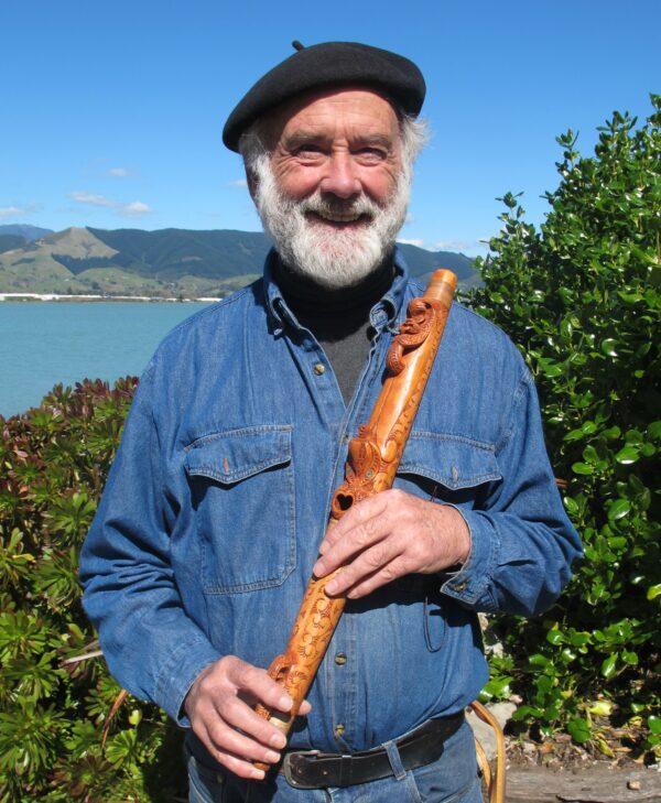 Thợ chạm khắc bậc thầy Brian Flintoff bên ngoài xưởng của mình ở Nelson trên đảo Nam của New Zealand . (Được phép của Brian Flintoff)