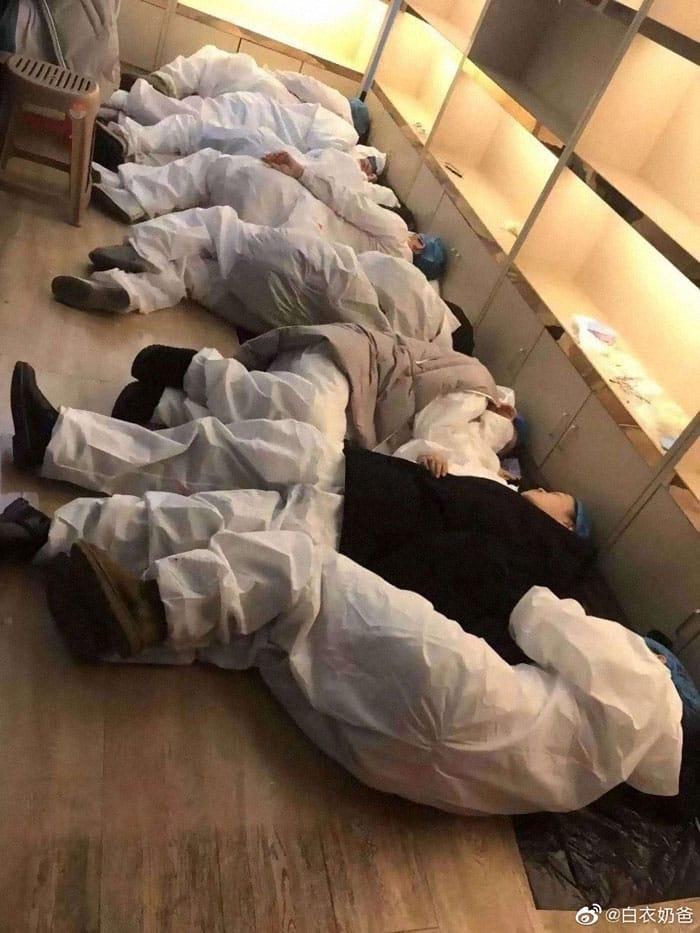 Các bác sĩ có thể ngủ bất cứ đâu để lấy lại sức.
