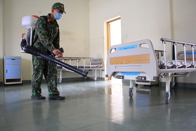 Các phòng được lau dọn, phun thuốc sát khuẩn trước khi đưa vào hoạt động. (Ảnh qua thanhnien)