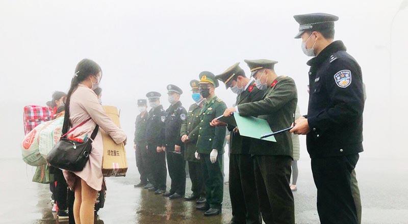 Đồn Biên phòng cửa khẩu Xín Mần tiến hành tiếp nhận công dân do Trung Quốc trao trả. (Ảnh qua bienphong)