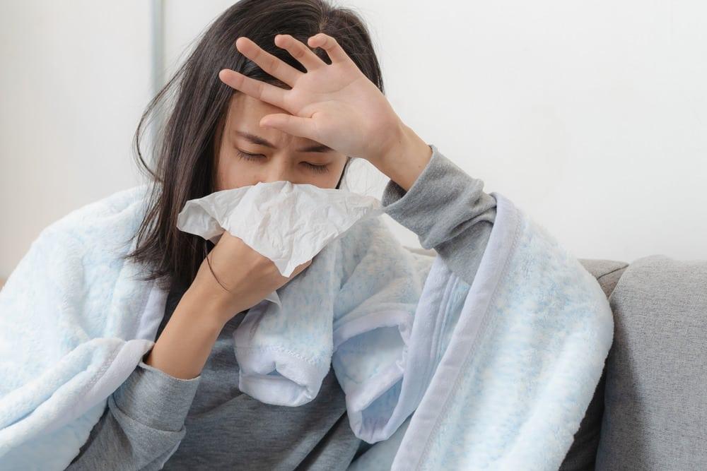 Cảm mạo có triệu chứng chung là: Đau đầu, phát sốt, cứng gáy, ho, đau họng…