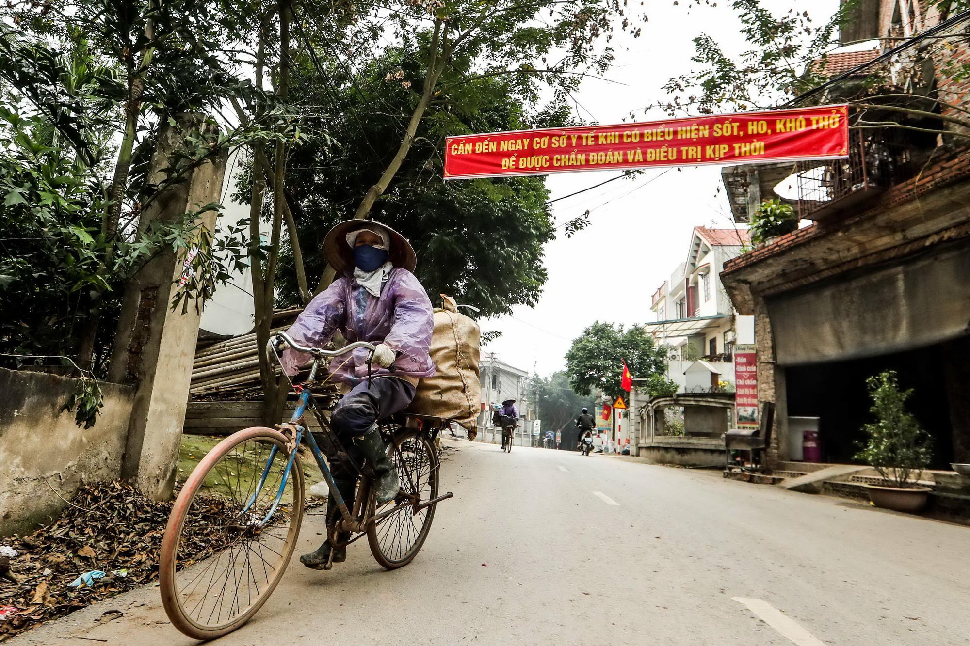 Các băngrôn về dịch bệnh virus corona được treo tại con đường trục chính của xã Sơn Lôi, huyện Bình Xuyên, tỉnh Vĩnh Phúc. (Ảnh qua tuoitre)