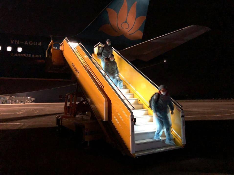 Chuyến bay đưa 30 người Việt trở về từ Vũ Hán đã hạ cánh xuống sân bay Vân Đồn -anh 1