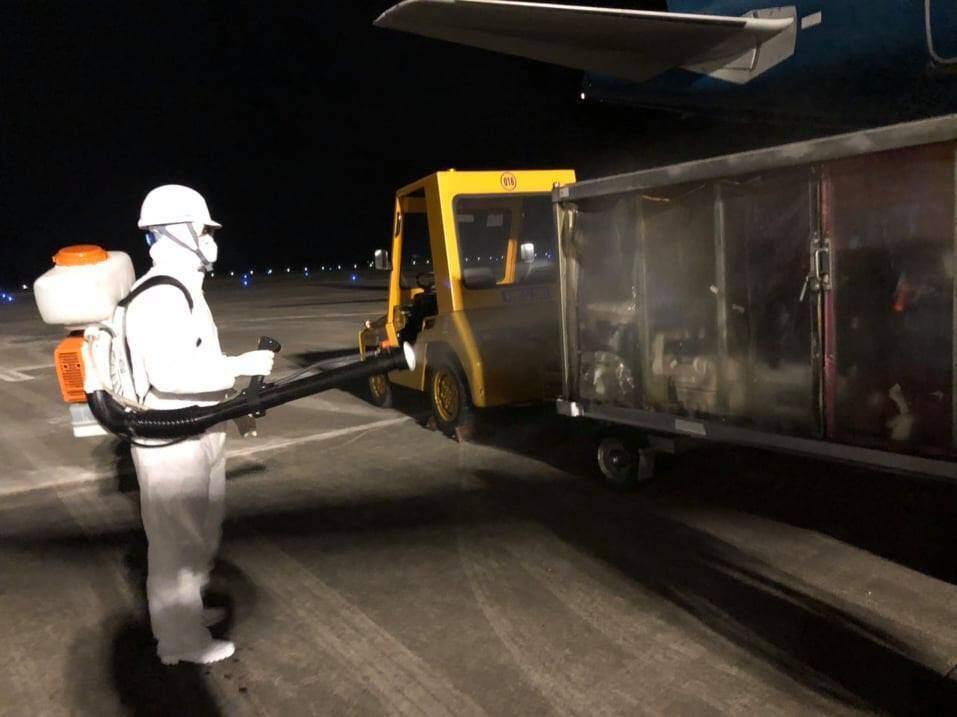 Chuyến bay đưa 30 người Việt trở về từ Vũ Hán đã hạ cánh xuống sân bay Vân Đồn -ảnh 2