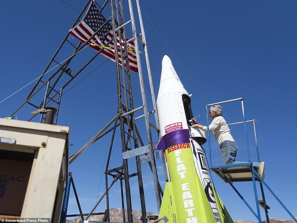 Nhà khoa học Mike Hughes bên quả tên lửa tự chế. Ảnh: AP