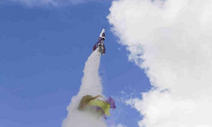 Chiếc tên lửa của Hughes bay chệch hướng. Ảnh: NPR.
