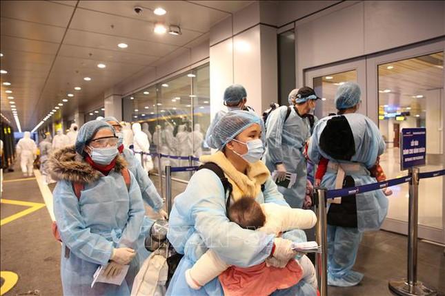 Các công dân Việt Nam làm thủ tục nhập cảnh tại Sân bay Vân Đồn. (Ảnh qua TTXVN)