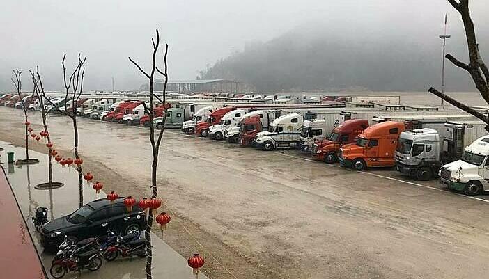 Hơn 200 container thanh long đang ùn ứ ở cửa khẩu Tân Thanh ngày 4/2. (Ảnh qua vnexpress)