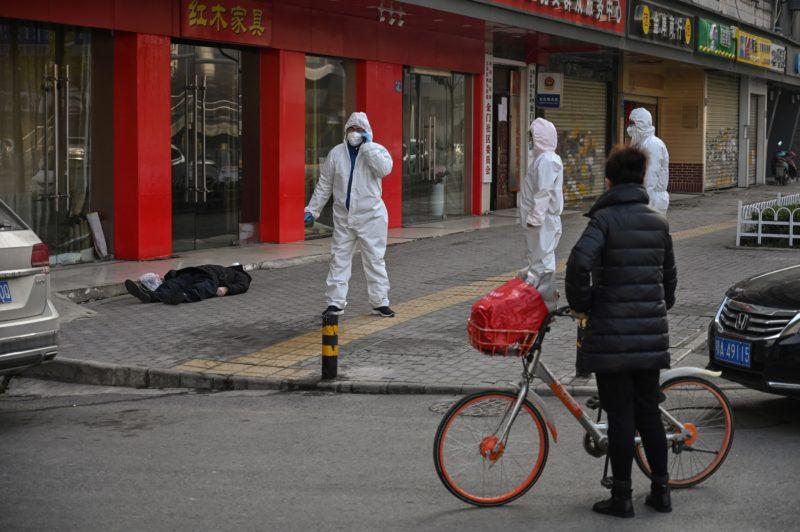 Hình ảnh một người đàn ông nằm chết bên đường ở Vũ Hán.