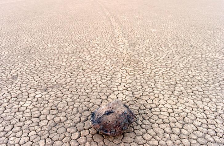 Những hòn đá tại Thung lũng Chết thường được trông thấy tự lăn trên vùng hoang mạc cằn cỗi