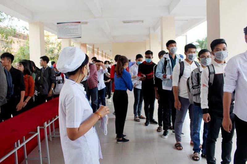 Trường ĐH Sư phạm kỹ thuật Vĩnh Long đo thân nhiệt cho sinh viên hôm 3/2. (Ảnh qua tuoitre)