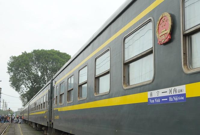 Đoàn tàu khách liên vận Việt - Trung đỗ tại ga Gia Lâm, với tuyến Hà Nội - Nam Ninh hoạt động hàng ngày..