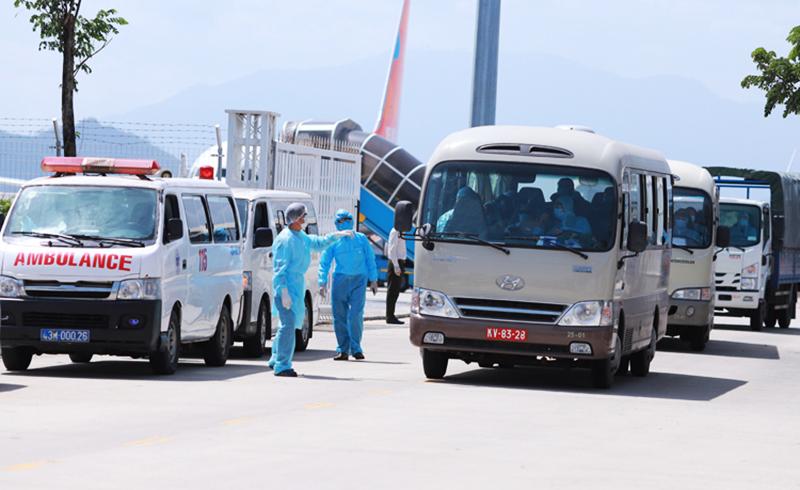 Đoàn xe đón 80 hành khách tại sân bay quốc tế Đà Nẵng. (Ảnh qua vnexpress)