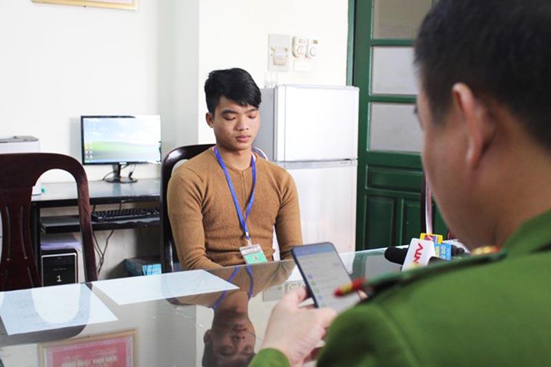 Đối tượng Nguyễn Minh Nguyên tại cơ quan điều tra. (Ảnh qua VOV)