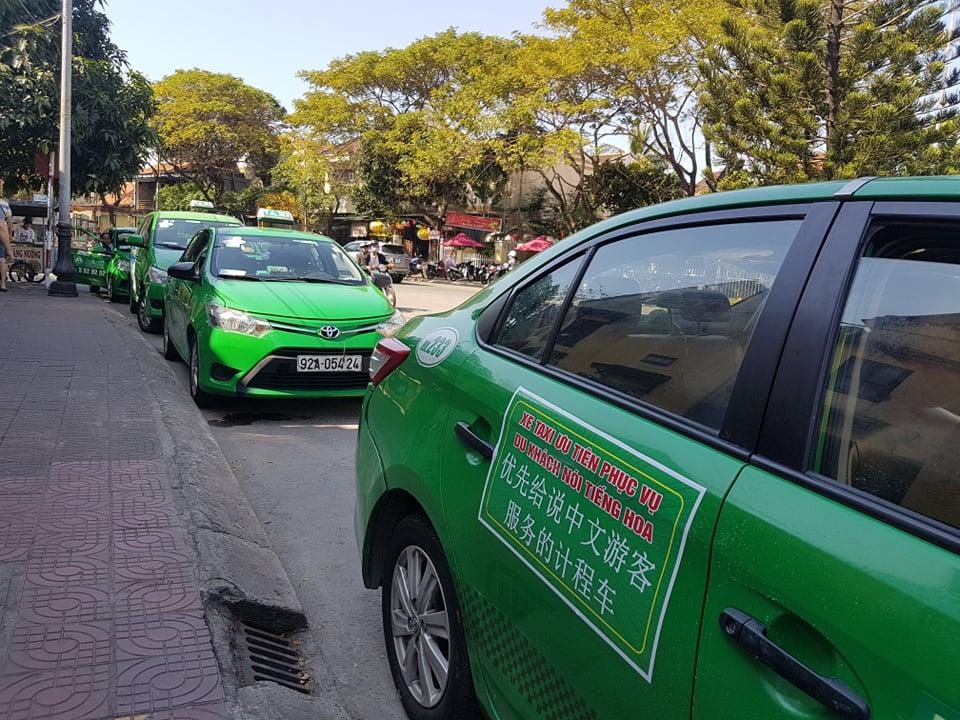 Đội xe taxi phục vụ khách du lịch nói tiếng Hoa ở TP. Hội An. (Ảnh qua dantri)