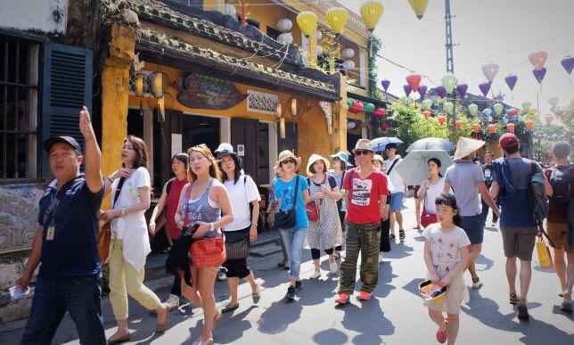 Du khách nước ngoài đến tham quan một điểm du lịch của Việt Nam. (Ảnh qua cafef)