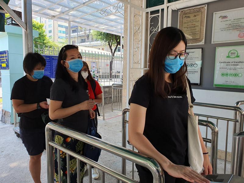 Du khách đều đeo khẩu trang tại các điểm tham quan.