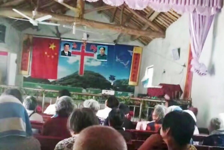 Hình ảnh Mao Trạch Đông và Tập Cận Bình được đưa vào nhà thờ.