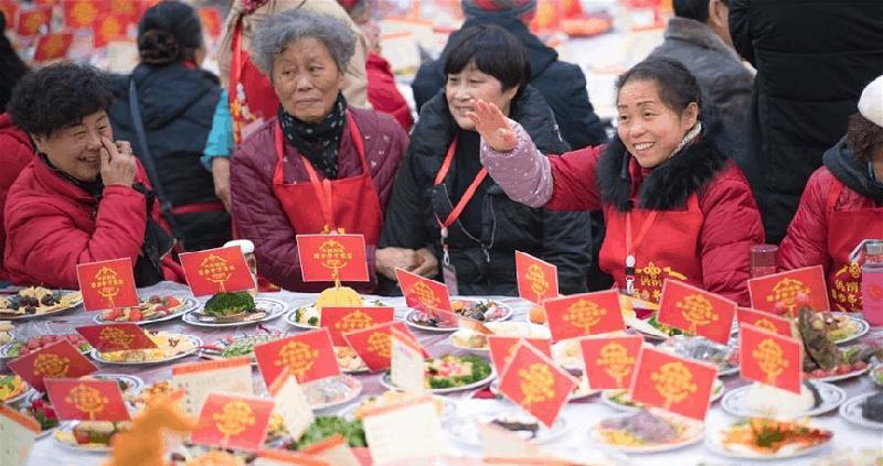 """""""Vạn gia yến"""" của Bách Bộ Đình được tổ chức hàng năm, là bộ mặt của Vũ Hán trong dịp Tết Nguyên đán, cán bộ công tác chính trị đến từng nhà khuyến khích tham gia."""