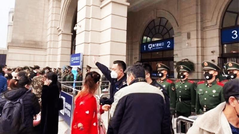 Buổi sáng ngày 23/1 tại nhà ga Hán Khẩu ở Vũ Hán, người dân muốn tiến vào nhà ga nhưng bị công an và nhân viên mặc thường phục chặn lại.