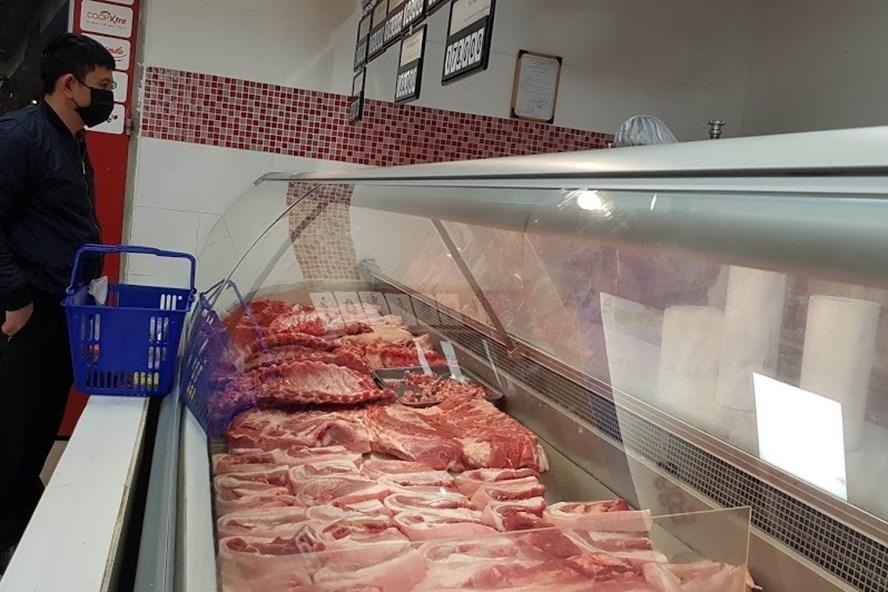 Giá thịt lợn ở mức cao đã ảnh hưởng đến đời sống của người tiêu dùng. (Ảnh qua laodong)