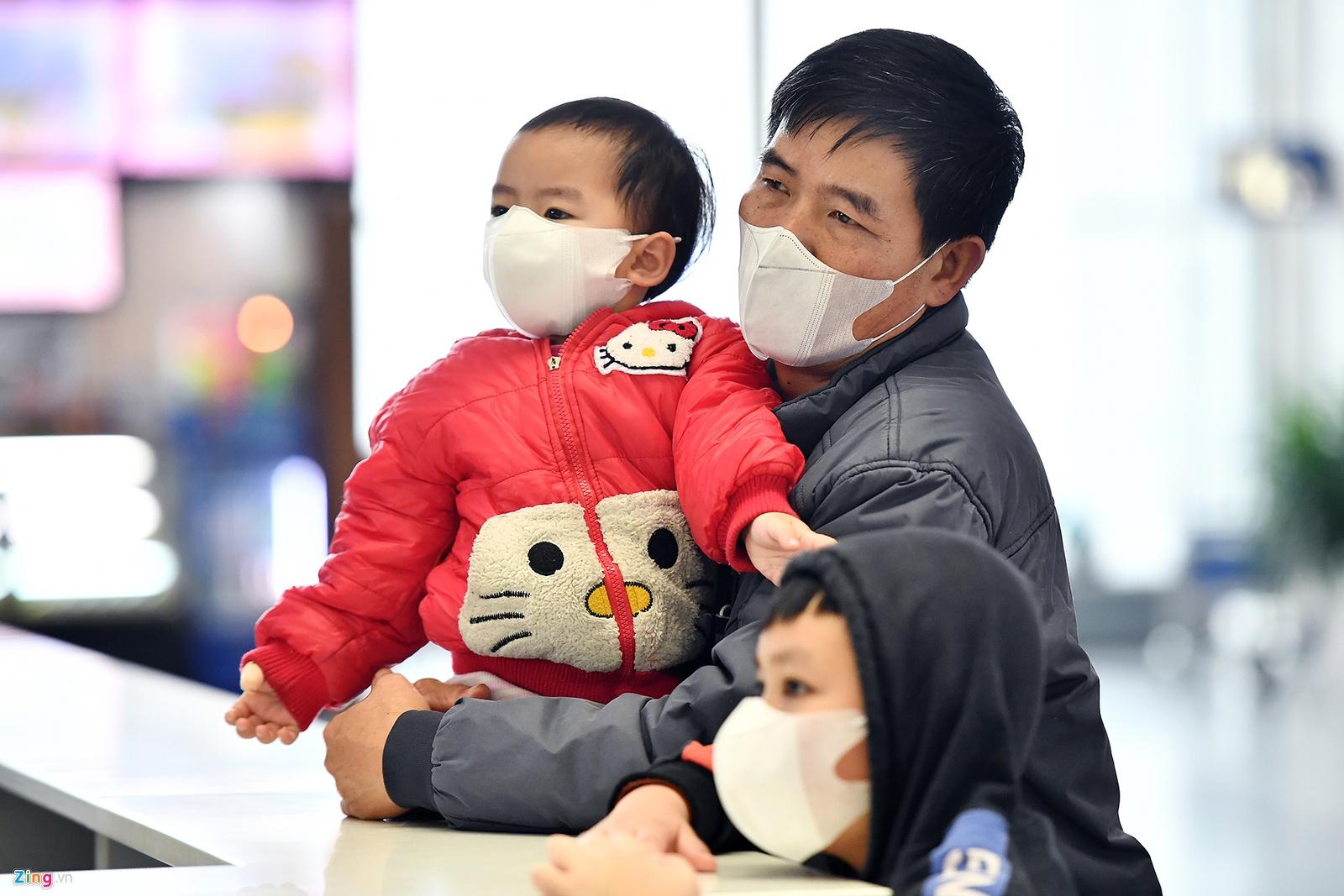 Hành khách bịt khẩu trang kín mít khi đến sân bay Nội Bài. (Ảnh qua Zing)