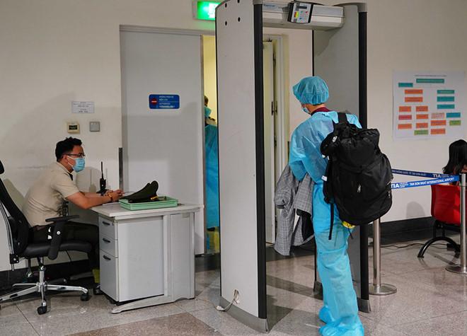 Hành khách nhập cảnh Việt Nam từ Hàn Quốc được kiểm tra y tế, đưa về khu cách ly ngay từ khi xuống sân bay Tân Sơn Nhất. (Ảnh qua thanhnien)