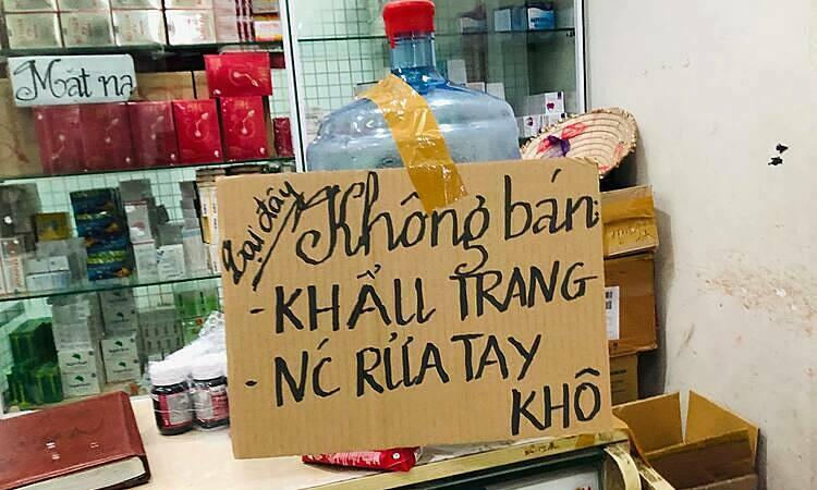 Một loạt cửa hàng tại chợ thuốc Hapulico (Thanh Xuân, Hà Nội) thông báo 'không bán khẩu trang'. (Ảnh qua vnexpress)