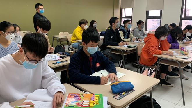 Bộ Y tế khuyến cáo giáo viên, học sinh không cần đeo khẩu trang khi ở trường học. (Ảnh qua thanhnien)