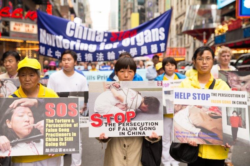 Diễu hành kêu gọi ngừng đàn áp và mổ cướp nội tạng sống học viên Pháp Luân Công.