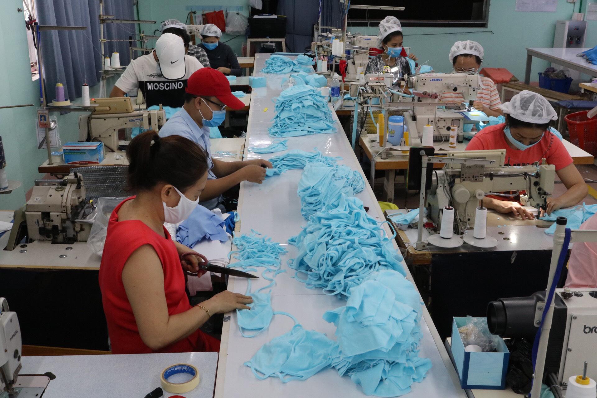 Một trong 7 dây chuyền tại các nhà máy của công ty đang gấp rút hoàn thành những sản phẩm cuối trong ngày. (Ảnh qua tuoitre)