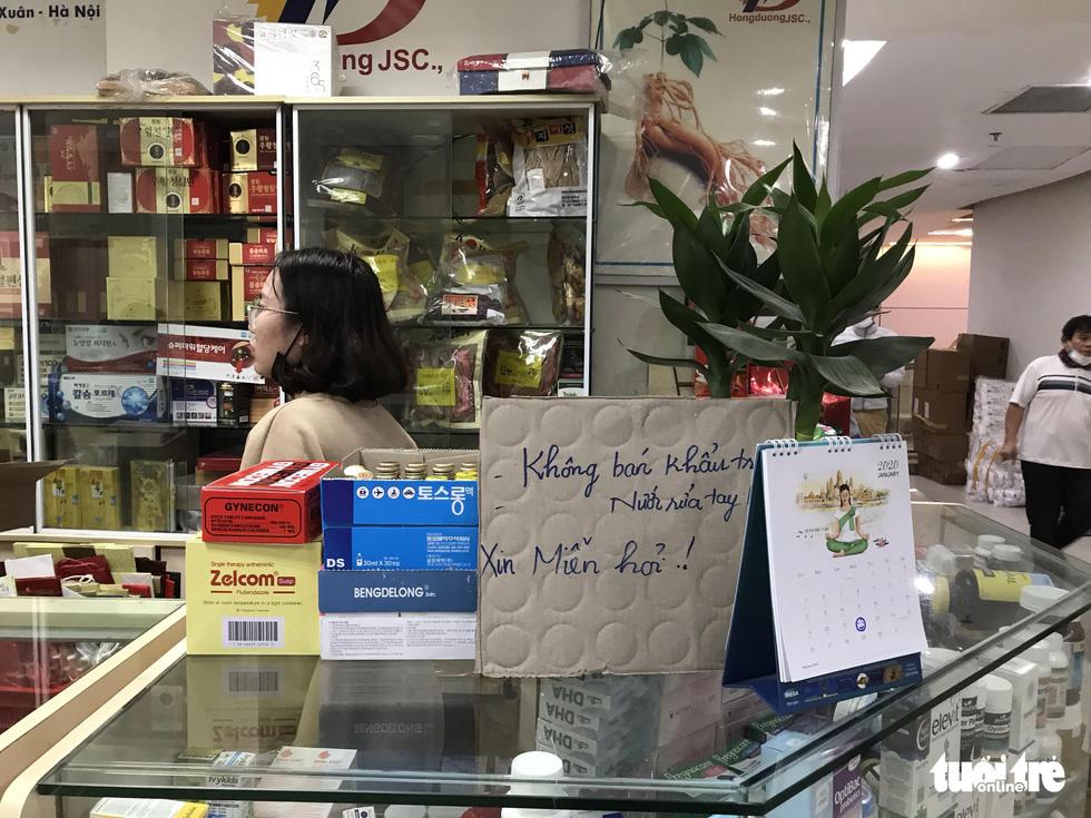 Một quầy thuốc trong chợ thuốc Hapulico treo biển không bán khẩu trang, nước rửa tay.