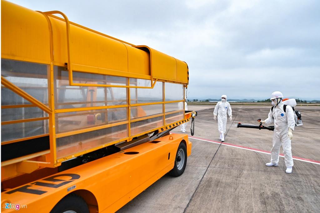 Các phương tiện phục vụ được khử trùng sau khi hành khách rời đi. (Ảnh qua Zing)
